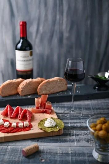 Repas charcuterie et vin rouge
