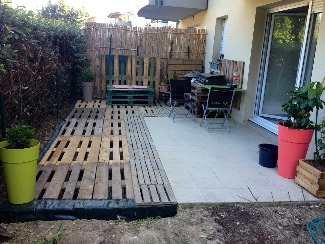 Comment Faire Une Balancelle En Palette terrasse en palettes de bois   16 idées de salons de jardin