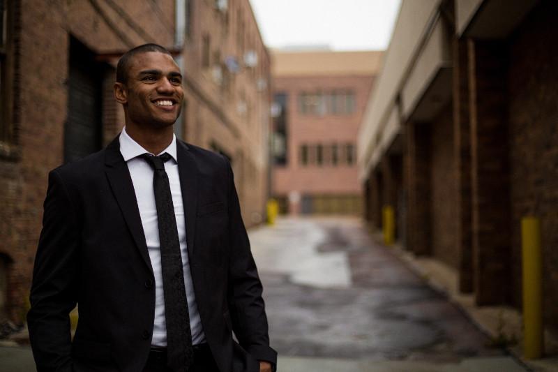 Homme sourit dans une ruelle
