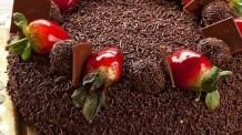Torta de brigadeiro e morango prática saborosa