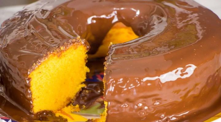 Bolo de cenoura de liquidificador, com cobertura de chocolate, é tudo que você precisa hoje