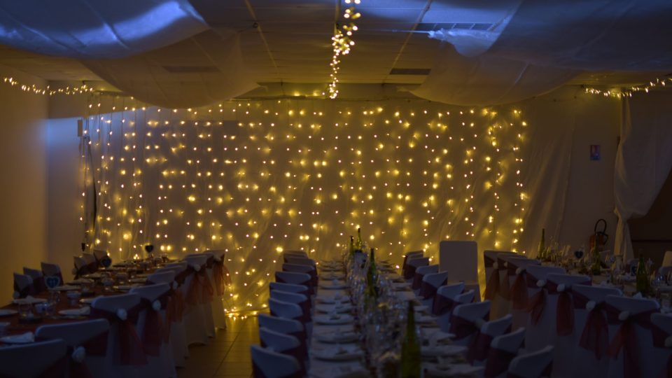 Rideau de LED blanc chaud sur fond blanc