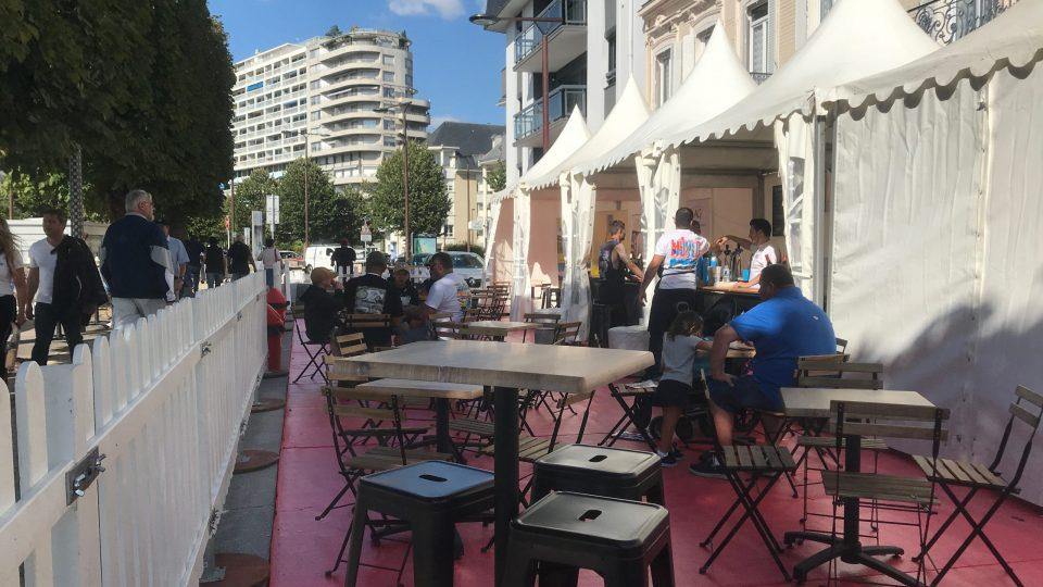 Manges-debout pliants carrés 60x60cm et tabouret de bar noir industriel - Tables de terrasse pliantes carrées 60x60cm avec chaises pliantes à lattes bois