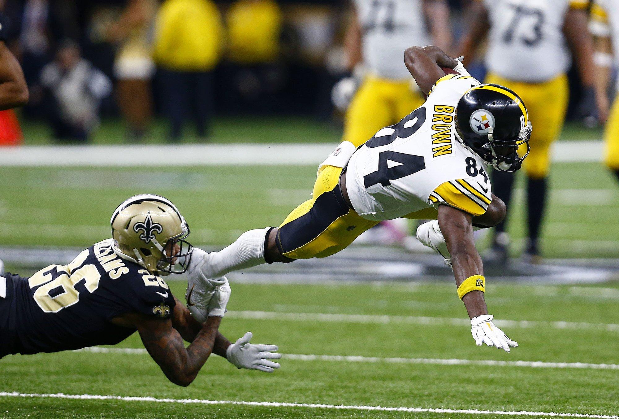Steelers entregan juego y boleto a playoff
