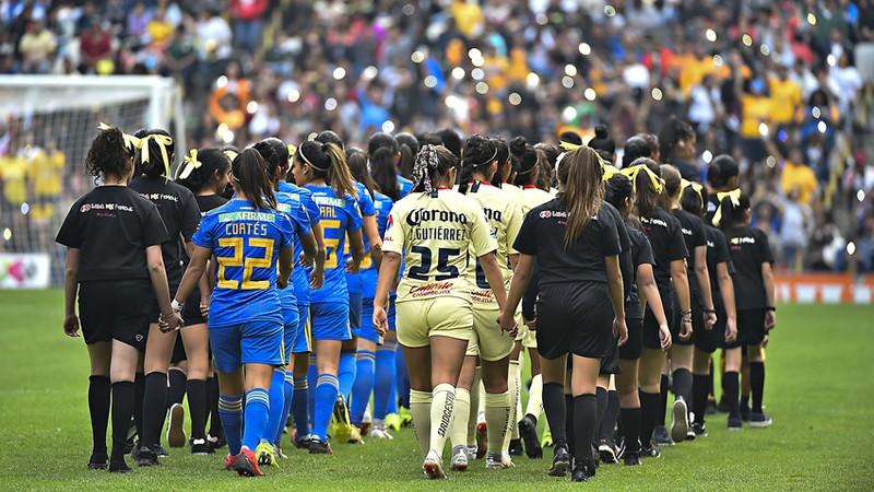 Piojo Herrera y plantel del América, presentes en la Final Femenil