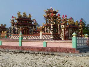 Exemple de tombeaux parsemant l'arrière pays de Hué, au bord de la mer.