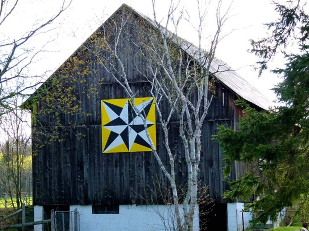 Alt tag: Motif de courtepointe de grange appelé «Aurores boréales»