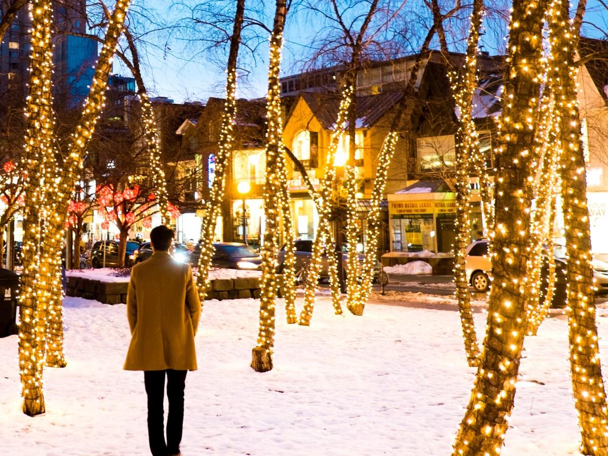 homme observant les magnifiques lumières à Yorkville, Toronto
