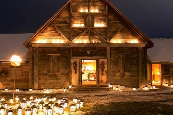 Bâtiment historique éclairé par des lumières et des chandelles durant le festival Premières Lueurs