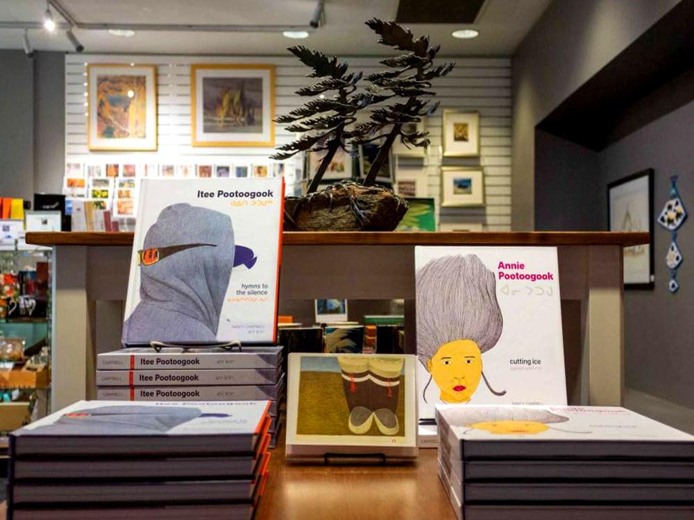 Livres d'art et cadeaux à la boutique de cadeaux du musée McMichael.