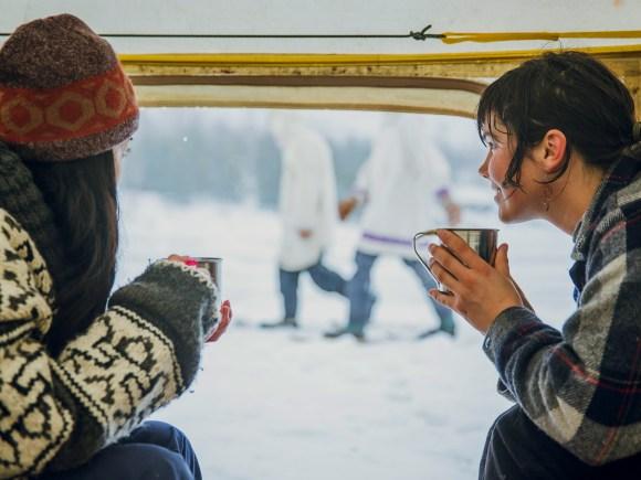 Deux femmes qui boivent du thé assises dans une tente