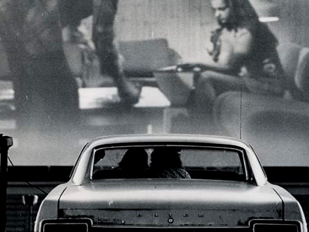 Vieille photo en noir et blanc d'un couple dans un ciné-parc