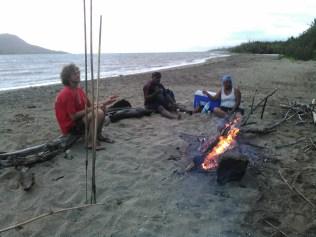 Un petit feu et qlq bières pour attendre la pêche