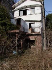 La maison abandonnee de Toga, envahie par les herbes