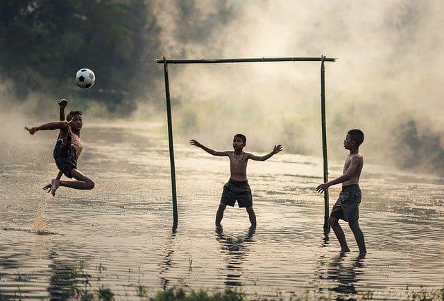 football les pieds dans l'eau