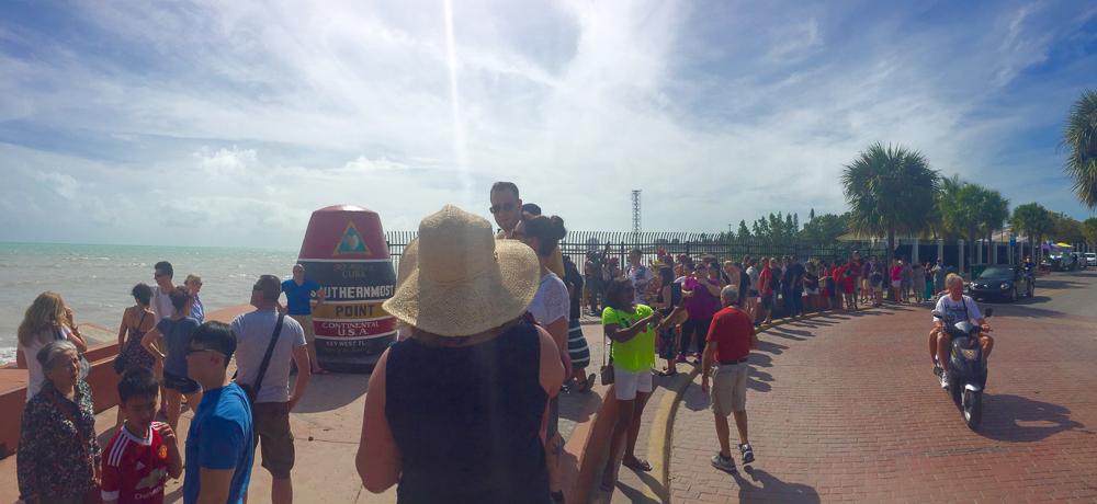 Southernpoint Key West— la queue pour se prendre en photo à côté d'une bite en béton