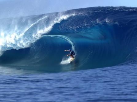 Jean-Marc Gyphjolik surf sur la vague d'Hawaï