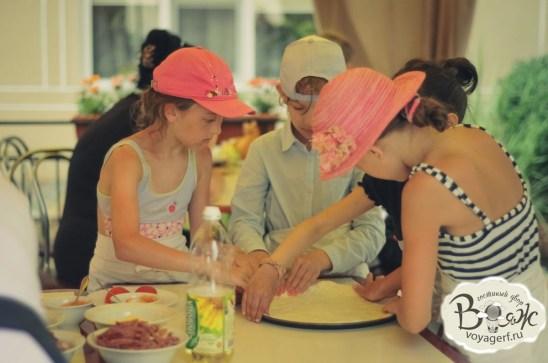 Отдых в Крыму с детьми. Заозерное. Гостиный двор Вояж. Юные пиццайоло.