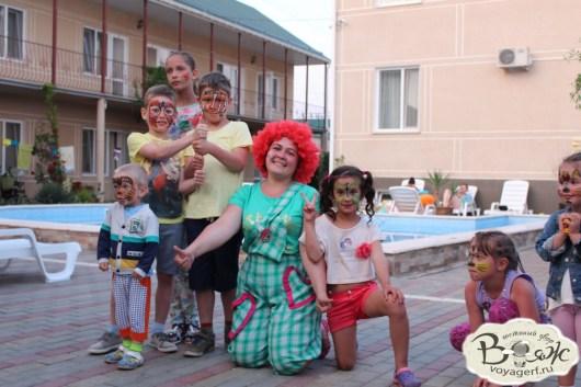 Отдых в Крыму с детьми. Заозерное. Гостиный двор Вояж. Веселый клоун.