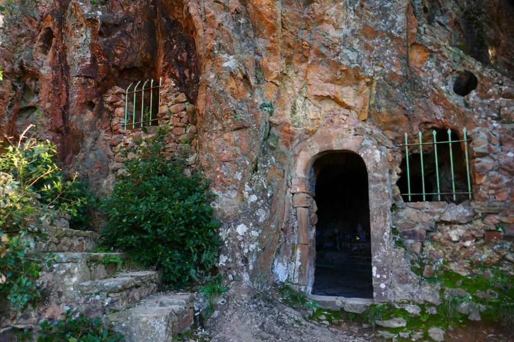 La Sainte Baume d'Honorat au pied du Pic du Cap Roux