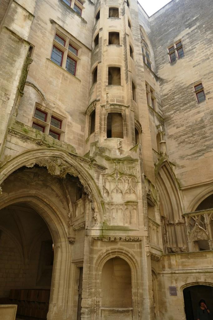 Château de Tarascon - cour intérieure du donjon