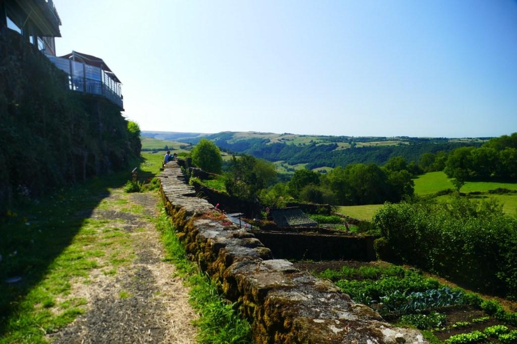 Salers - les remparts dominent les collines voisines