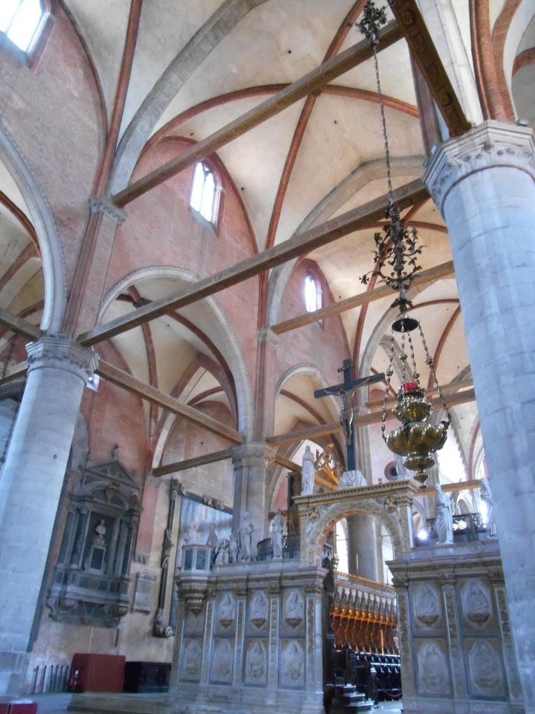 Eglise construite sur un plan en croix latine. 12 colonnes sont dominées par un entrelacs de poutres transversales et longitudinales.