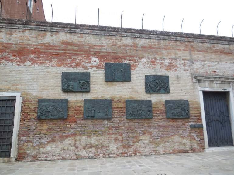 Evocation de la tragédie du peuple juif et monument aux déportés. Les bas-reliefs sont l'oeuvre de l'artiste lithuanien Blatas.
