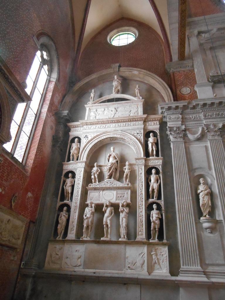 L'église San Giovanni e Paolo est connue pour abriter les tombeaux de 25 Doges de Venise, répartis dans toute l'église. Celui de Pietro Mocenigo, réalisé en 1476 dans le style renaissance, le représente debout sur son tombeau, soutenu par 3 personnages, représentant les différents âges de la vie