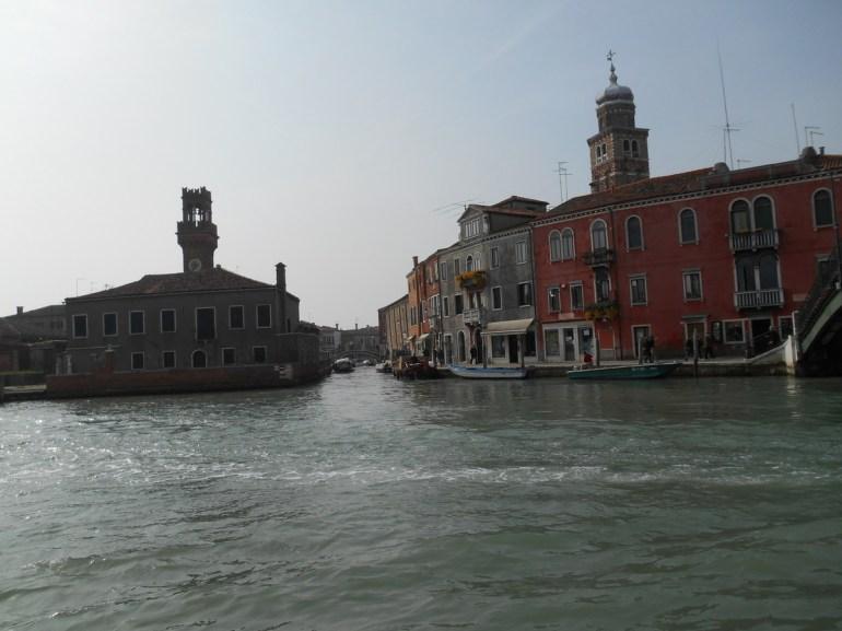 A droite, le clocher de l'église San Pietro Martire .