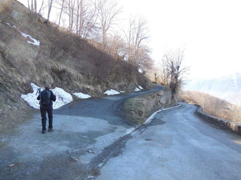 150 m avant le village, nous empruntons le chemin forestier; impossible de se tromper...