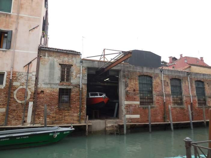Un atelier de réparation en bordure du canal...
