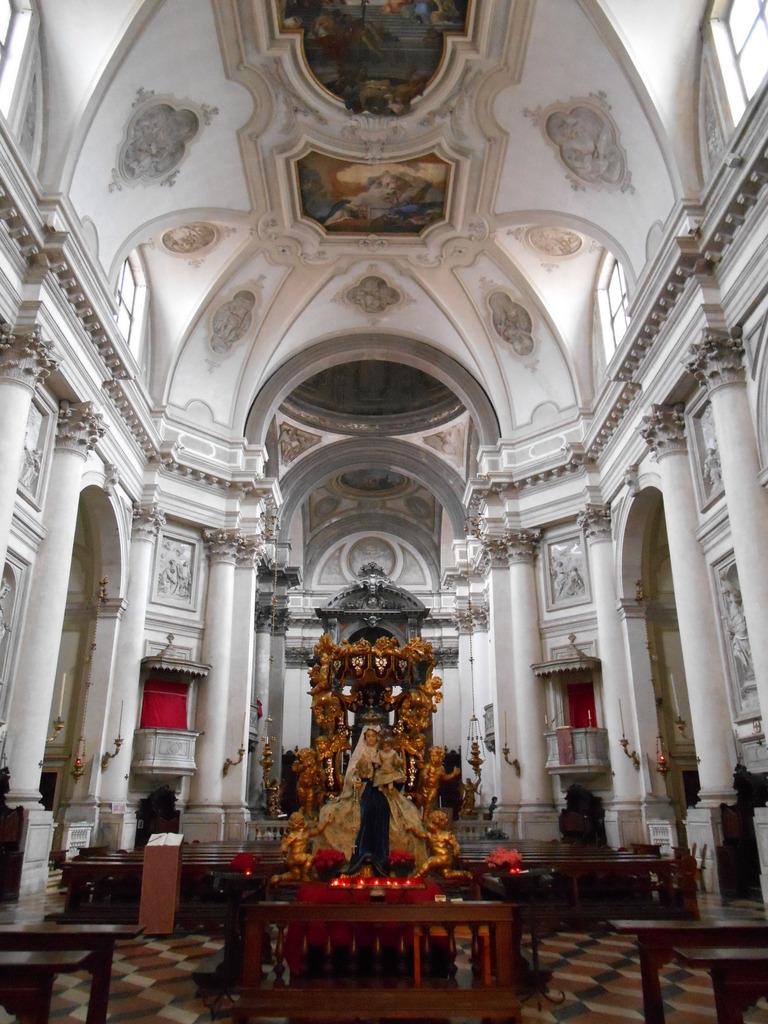Eglise autrefois occupée par un couvent de Jésuates dont l'ordre fut dissous à la fin du XVIIème siècle. (Jésuates et non Jésuites: les Jésuates se consacraient essentiellement au service des hôpitaux)