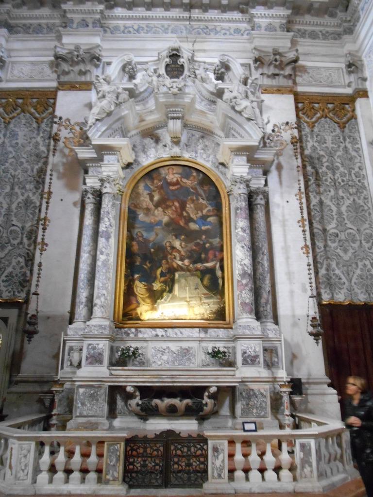 La décoration intérieure est réalisée en marbre vert et blanc.