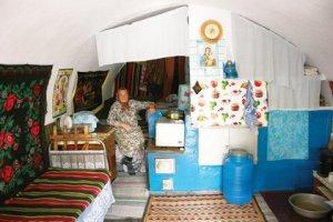 Tourisme Moldavie - Tara ; village insolite de maisons grottes en pierres 3