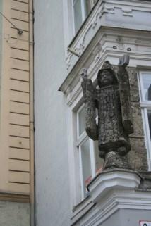 salzbourg statue façade