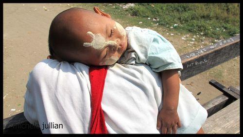 Birmanie enfant qui dort