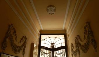 Budapest couloir porte et reliefs