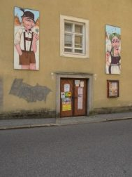 """Les tenues traditionnelles autrichiennes : le """"Lederhose"""" et la """"Dirndl"""""""