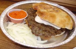 Pljeskavica en somun cuisine serbe