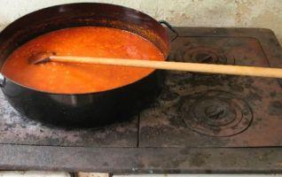 ajvar sur la cuisinière