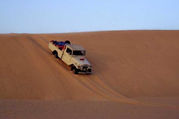 Franchissement acrobatique d'une dune dans l'erg du Djourab