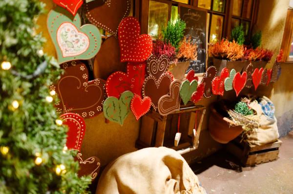 décorations de coeurs sur le marché de noel alsacien à colmar