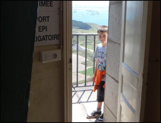 ile de batz enfant en haut du phare