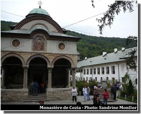 Cozia-monastere-et-fontaine
