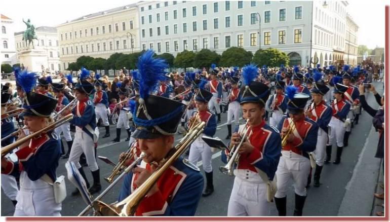 munich oktoberfest defile musical en costumes traditionnels