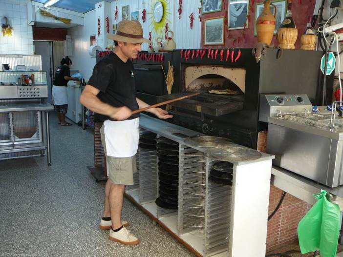 Patrick pizzaiolo derrière les fourneaux de la pizzeria portofino à Port la nouvelle