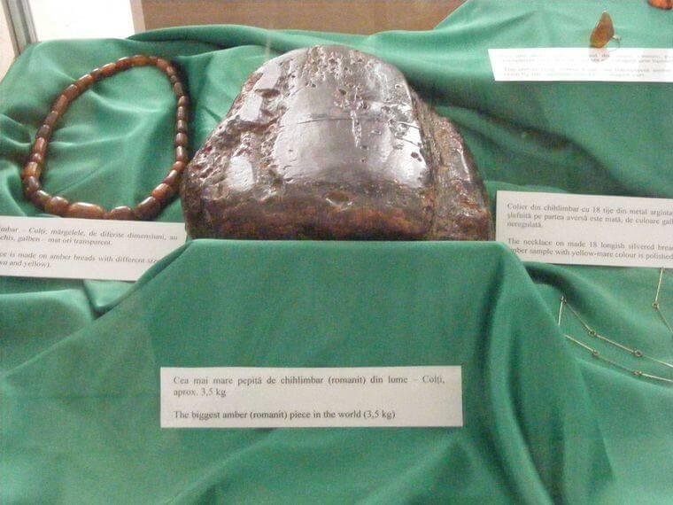 Pierre d'ambre jaune de 3kg et bijoux d'ambre du lac Siriu cel mai mare chihlimbar mare