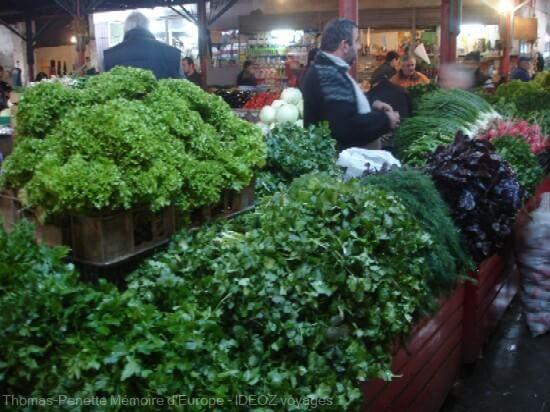 bazar de Kutaisi vendeurs de persils et salades