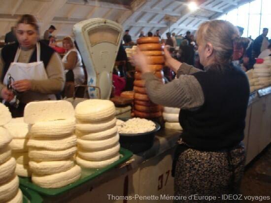 bazar de Kutaisi vendeuse de fromages georgiens